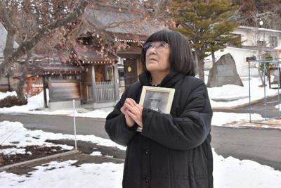 父が眠る慰霊碑の前で手を合わせる工藤百合枝さん=岩手県八幡平市で