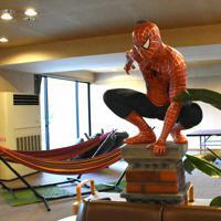 アメリカンコミックのヒーロー「スパイダーマン」が玄関口でお目見え=鳥取県倉吉市関金町関金宿で、阿部絢美撮影