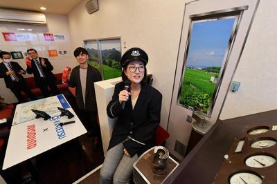 近鉄電車の車内を再現した「近鉄カラオケルーム」=大阪市阿倍野区で2020年2月20日、山田尚弘撮影