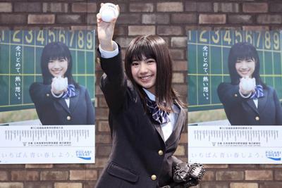 応援ポスターの前でポーズを取る女優の石井薫子さん=東京都千代田区で2020年2月20日、宮武祐希撮影