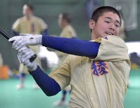 打撃練習をする星稜の黒川怜遠=金沢市で、平川義之撮影