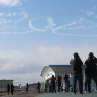 空に五輪マークを描く訓練をするブルーインパルス=宮城県東松島市で2020年2月4日、和田大典撮影