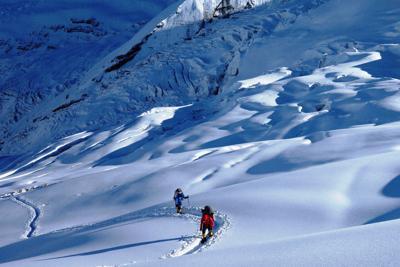 昨秋のダウラギリは雪が異常に多かった。写真は第1キャンプ上、標高5600m付近を歩くシェルパたち=2019年10月1日、藤原章生撮影