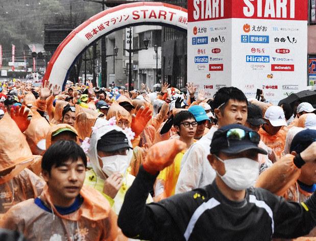 新型コロナウイルスを気にしてか、マスクを着けて走るランナーもみられた=熊本市で開かれた熊本城マラソンで2020年2月16日、城島勇人撮影