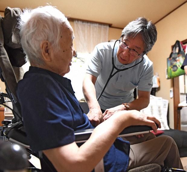 患者の自宅を訪れ、聴診器を当てる医師=本文とは関係ありません