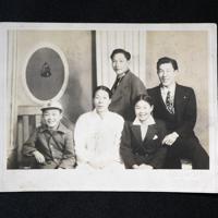 戦後撮影された張本勲さんの家族ら。前列中央の母朴順分さんを、左の張本さん、右の姉小林愛子さん、後列右の兄世烈さんが囲む=張本勲さん提供