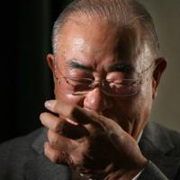 言葉を詰まらせながら、半生を振り返る張本勲さん=東京都内で2020年1月13日、山田尚弘撮影