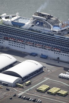 The Diamond Princess cruise ship and buses waiting to transport passengers from the vessel are seen at the port in Yokohama's Tsurumi Ward, on Feb. 19, 2020. (Mainichi)