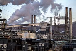 USスチールのペンシルベニアにあるコークス工場はトランプ大統領の鉄鋼製品輸入関税引き上げ後に稼働率が上昇したが、温暖化ガスの排出も増した(2018年3月)(Bloomberg)