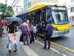 バスなどの公共交通機関も、依然として重要な移動手段として利用され続けている(筆者撮影)