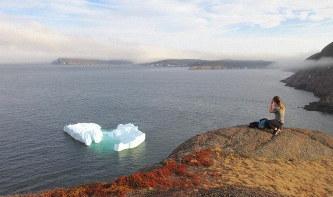 ニューファンドランド・ラブラドル州の州都セントジョンズの港の沖に浮かぶ氷山(写真は筆者撮影)