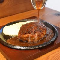 自家製ソースでうまみを引き出す「鉄板あらびきハンバーグステーキ」=奈良市高畑町の「PE LONCHO」で、小宅洋介撮影