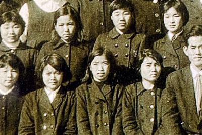 中学3年生の楮山ヒロ子さん(下段左から3人目)=同級生提供