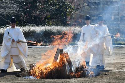焼却される大嘗宮の解体で出た資材=皇居・東御苑で2020年2月21日午前10時2分、宮間俊樹撮影