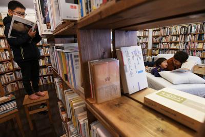 店内に寝転んで本が読めるベッドが置かれた古本屋「ワールドエンズ・ガーデン」=神戸市灘区で2020年1月6日、平川義之撮影