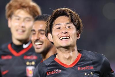 【湘南―浦和】後半、逆転ゴールを決めて喜ぶ浦和の関根(右)=BMWスタジアムで2020年2月21日、宮武祐希撮影