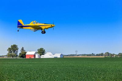 大豆畑で農薬をまく航空機=米国イリノイ州で