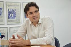 ボルソナロ大統領のメディア攻撃について話すフォーリャのビニシウス・モタ編集長=サンパウロで2020年1月24日、山本太一撮影