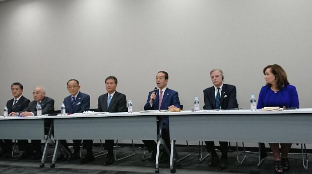 積水ハウスに株主提案を行った取締役候補とマイクを持つ和田氏(2020年2月17日)