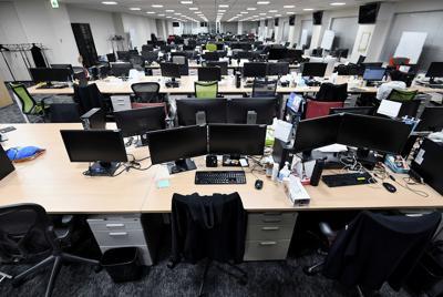 新型コロナウイルスの感染拡大を防止するため、原則として在宅勤務に切り替えたGMOインターネットのオフィス。平日の夕方にもかかわらず、閑散としていた=東京都渋谷区で2020年2月20日、竹内紀臣撮影