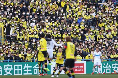 【柏―札幌】前半、試合を見つめるマスクをした多くの観客=三協フロンテア柏スタジアムで2020年2月22日、宮武祐希撮影