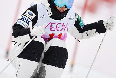 モーグル女子決勝1回目、コブを攻める星野純子=たざわ湖スキー場で2020年2月22日、猪飼健史撮影