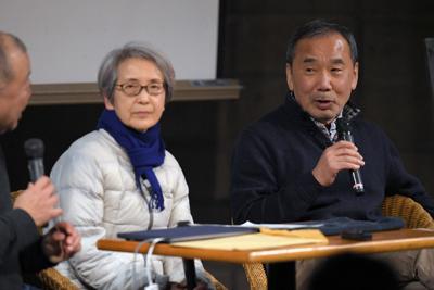 熊本地震についてのトークイベントで参加者からの質問に答える村上春樹さん(右)=熊本市中央区で2020年2月22日午後8時2分、津村豊和撮影