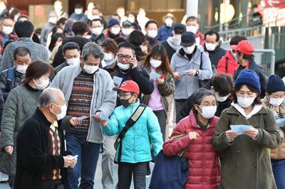 広島カープの公式戦チケットの抽選券を手に入れようとマスク姿で球場に入るファンら=広島市南区のマツダスタジアムで2020年2月23日午前9時11分、木葉健二撮影