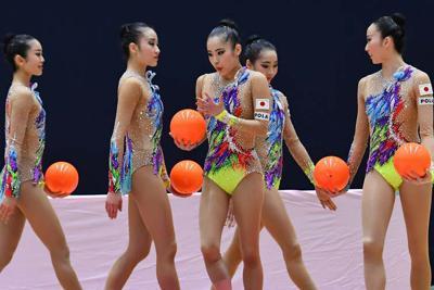エキシビジョンで演技を披露する新体操日本代表「フェアリージャパンPOLA」のメンバー=群馬県高崎市で2020年2月23日、大西岳彦撮影