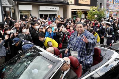 優勝祝賀パレードでオープンカーの上から手を振る徳勝龍=奈良市で2020年2月23日午後3時7分、幾島健太郎撮影