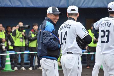 練習中に増田(右)に笑顔で話しかける辻監督=宮崎県の南郷スタジアムで2020年2月7日午前11時、生野貴紀撮影