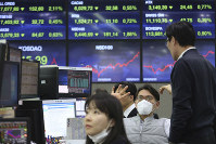 A currency trader wears a face mask at the foreign exchange dealing room of the KEB Hana Bank headquarters in Seoul, South Korea,  on Feb. 24, 2020. (AP Photo/Ahn Young-joon)