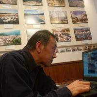 パソコン画面に食い入るように、家族の写真を探す村上秀哉さん=東京・原宿で2019年3月3日、小国綾子撮影(画像の一部を修正しています)