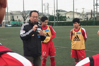 岡田メソッドによる練習で選手を指導する岡田武史さん(左)=大谷津統一撮影