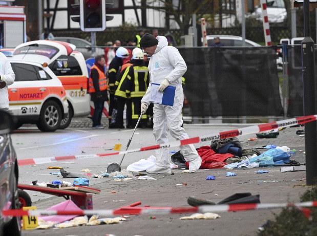 ドイツでカーニバルの観衆に車突っ込む 子どもら30人重軽傷 - 毎日新聞