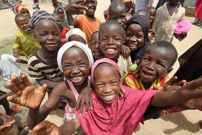 ナイジェリア政府非公認の難民キャンプで暮らす国内避難民の子どもたち。国内避難民の男性は「子どもの笑顔がここにいるみんなの希望です」と話しています=ナイジェリア・ボルノ州マイドゥグリ市で2019年9月