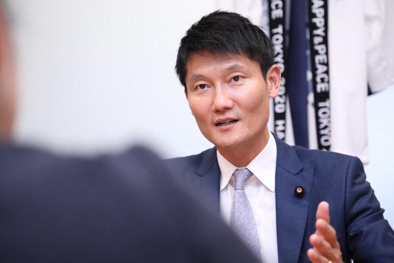 朝日健太郎氏=岡本同世撮影
