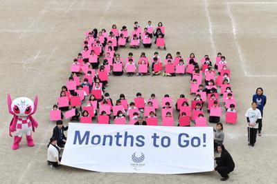 東京パラリンピックの開幕まで半年となり、6カ月前を示す「6」の人文字を作る江東区立有明西学園の児童たち=東京都江東区で2020年2月25日、宮間俊樹撮影
