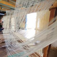 竹ばしを使ってそうめんを白糸のように延ばす=兵庫県南あわじ市で、梅田麻衣子撮影