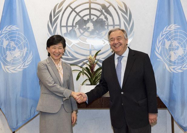 国連の事務次長(軍縮担当上級代表)に就任し、グテレス事務総長(右)と握手する中満泉さん=米ニューヨークの国連本部で2017年10月12日(国連提供)