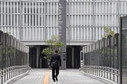 新型コロナウイルスの感染予防対策として資生堂や電通でも在宅勤務が始まり、通勤時間帯にもかかわらず閑散とする汐留地区=東京都港区で2020年2月26日午前、宮間俊樹撮影
