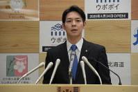 In this file photo taken on Feb. 22, 2020, Hokkaido Gov. Naomichi Suzuki makes an announcement on a new coronavirus infection. (Mainichi/Shuntaro Sawa)