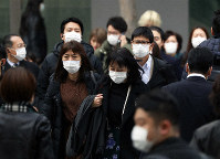 Masked people are seen on their commutes on the Yaesu side of Tokyo Station on Feb. 25, 2020, in this unrelated image. (Mainichi/Masahiro Ogawa)