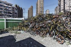 山積みにされたシェア自転車(Bloomberg)