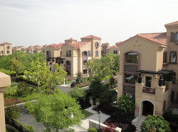 上海市の住宅用ビル群。中国では政府が不動産市場を強く管理している (Bloomberg)