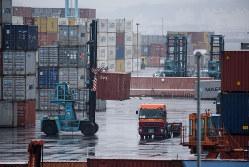 日本の輸出は米中以上に打撃を受けている(Bloomberg)