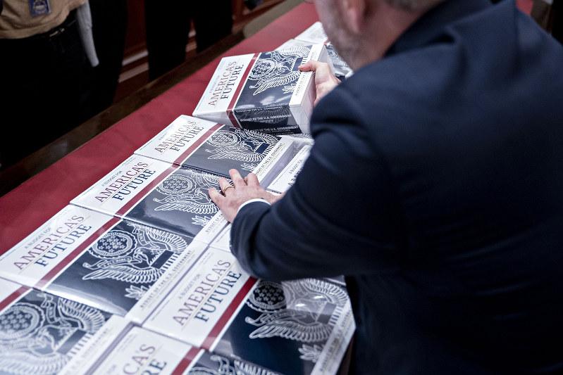 予算教書にはバラ色の経済成長が描かれているが……(Bloomberg)
