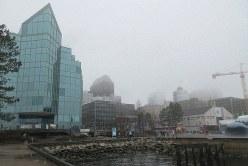 カナダ・ノバスコシア州の州都ハリファクスの港は雨に煙っていた(写真は筆者撮影)