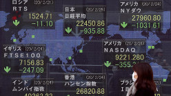 新型コロナウイルスの影響で、世界的に下落した株価を示すモニター。円相場だけでなく、株価も不安定な動きを見せる=東京・八重洲で2020年2月25日、小川昌宏撮影