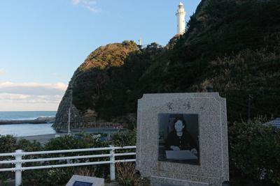 美空ひばりの歌碑と塩屋岬=福島県いわき市で2020年2月11日、花谷寿人撮影
